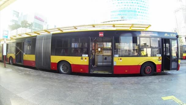 autobus na autobusové zastávce