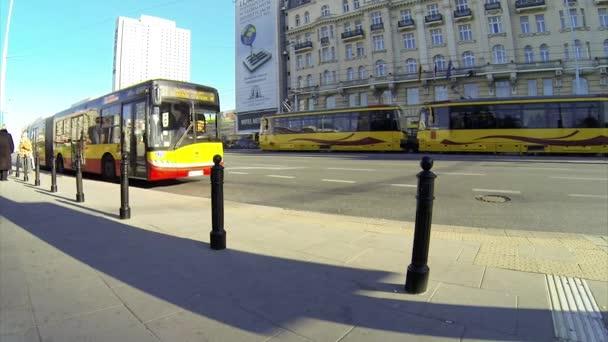 Emberek jönnek ki a busz, a busz megáll