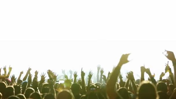 Konzert-Publikum in sehr hellen Lichtern tanzen (Real)