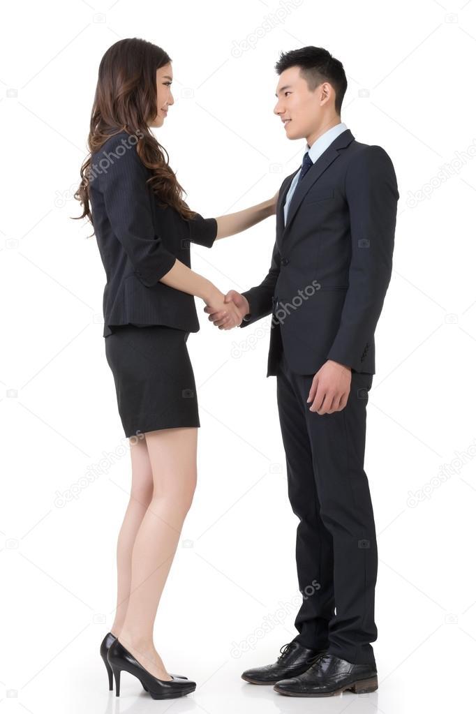 Жать девушке руку при знакомстве