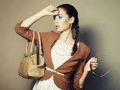 portrét krásné mladé ženy s kožený sáček