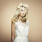 Fényképek egy gyönyörű szőke nő, virágokkal a hajában portréja