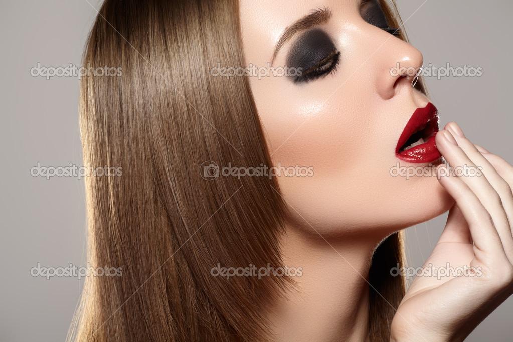 Frau Luxusmodell Mit Dunklen Abend Augen Make Up Und Rote Lippen Auf