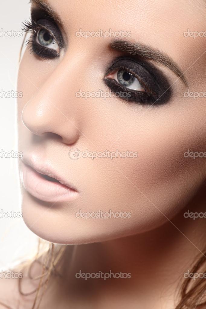 Muito modelo de mulher de luxo com noite escura esfumaçado os olhos  AV27