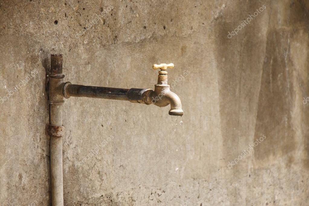 Eau qui goutte d 39 un vieux robinet rouill photographie - Chasse d eau qui goutte ...