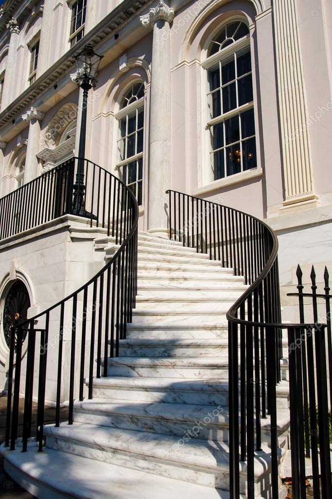 escalier en marbre blanc entre rampe en fer noir photographie dbvirago 19907443. Black Bedroom Furniture Sets. Home Design Ideas
