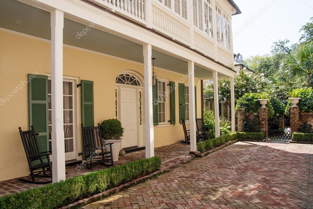 Veranda mattone giallo e la casa verde foto stock for Casa piani veranda anteriore