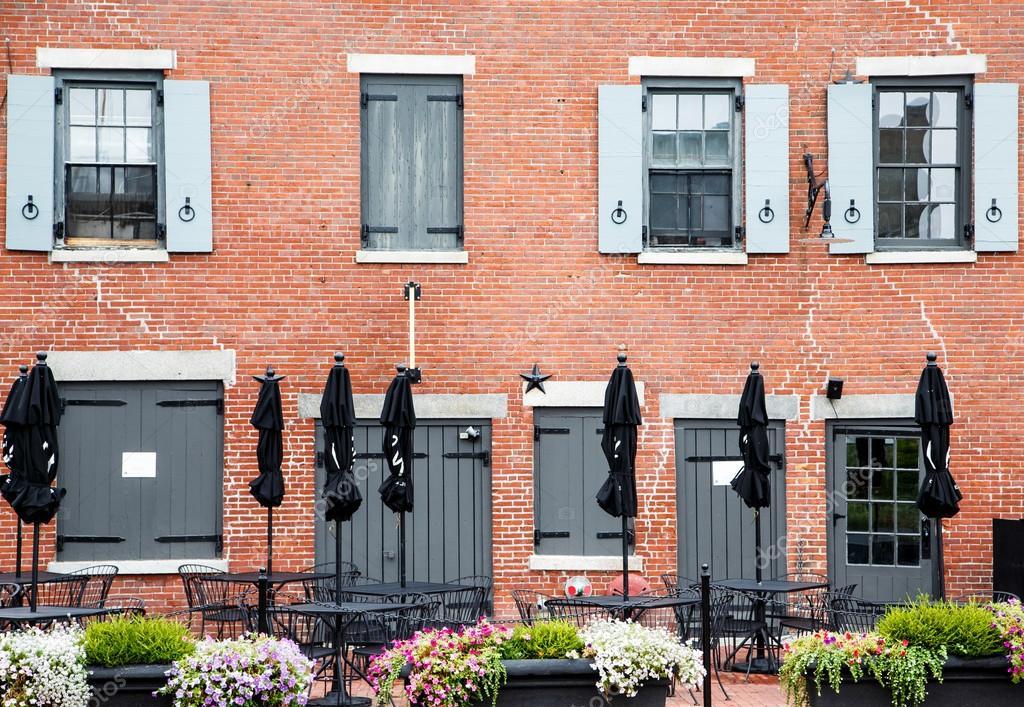 ferm parapluies noirs de l 39 ancien b timent de brique. Black Bedroom Furniture Sets. Home Design Ideas