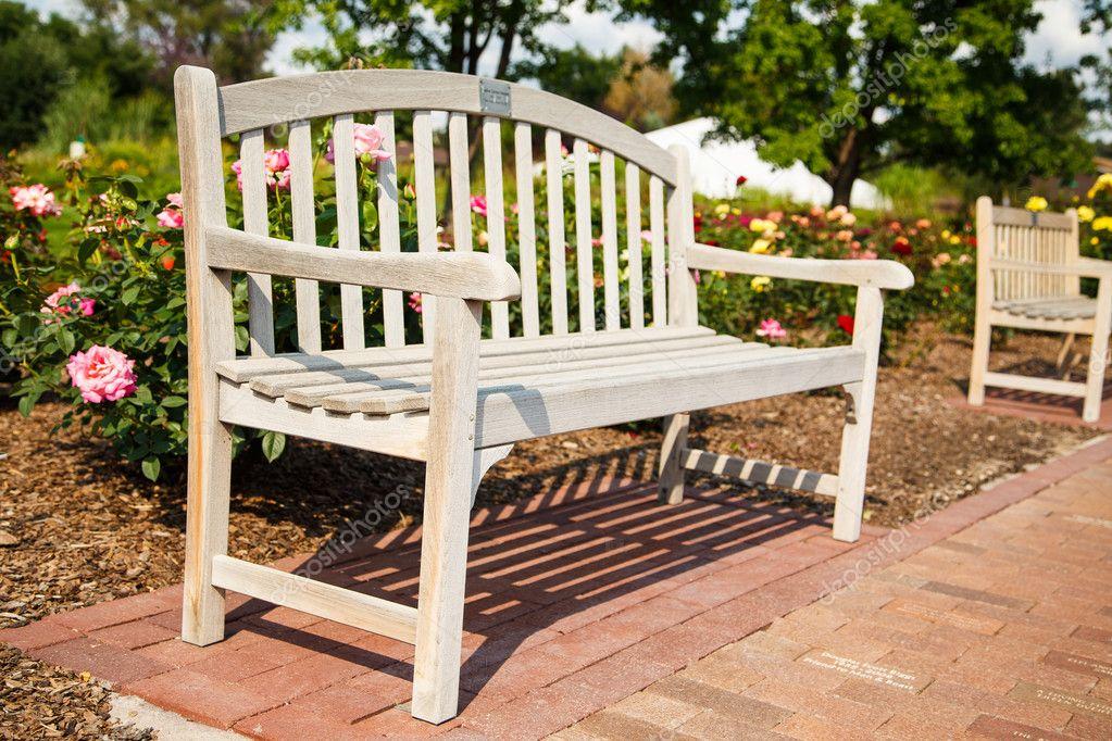 banc en bois dans un jardin public de roses photographie dbvirago 33013663. Black Bedroom Furniture Sets. Home Design Ideas