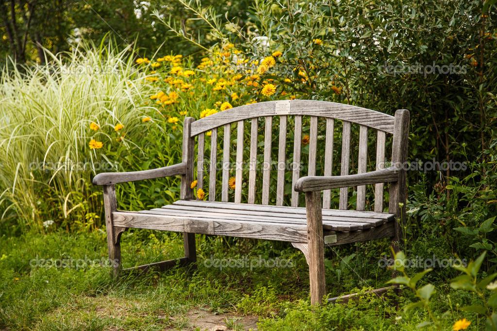 Vieux banc de bois dans le jardin — Photographie dbvirago ...