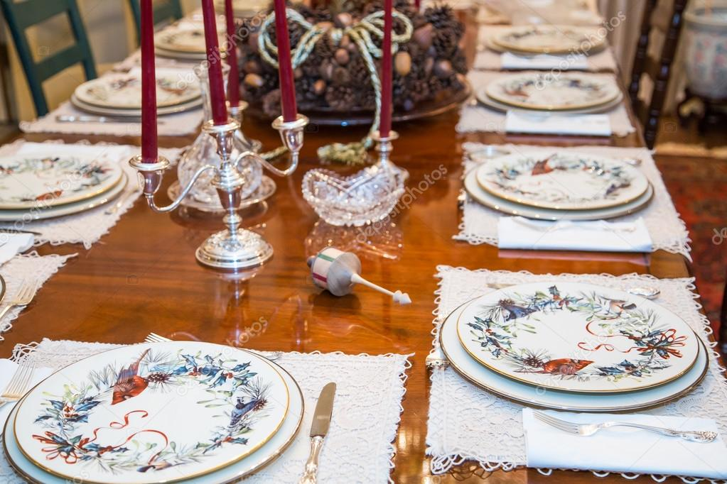 madera adorno sobre mesa decorada para navidad u foto de stock