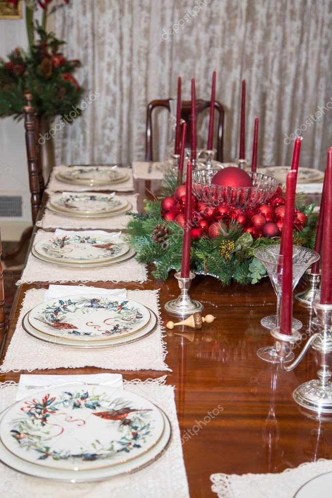 Adornos navide os en mesa de comedor foto de stock - Adornos de mesa de comedor ...