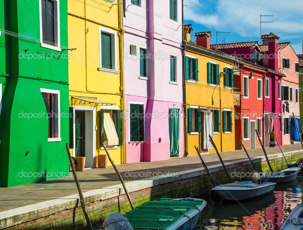 Rote Häuser Bilder grün gelb rosa und rote häuser stockfoto 43091797
