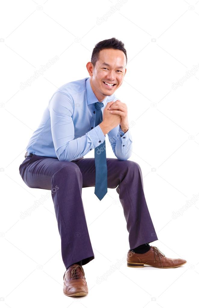 Asiatischer Mann Sitzend Auf Transparenten Stuhl