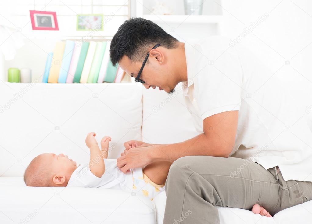 Vater ändern, Windeln und Kleidung für baby — Stockfoto © szefei ...