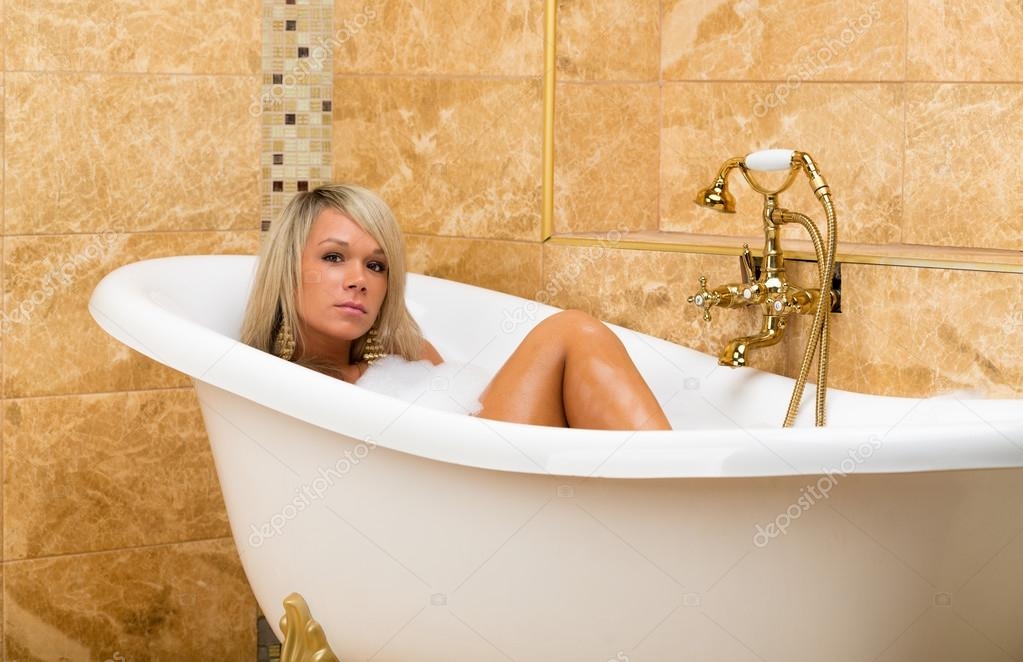 красивая девушки в ванной фото