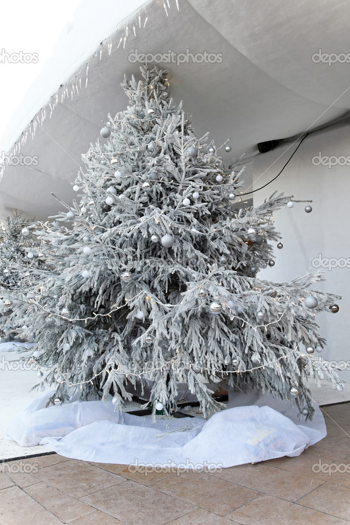 rbol de navidad nevado u fotos de stock