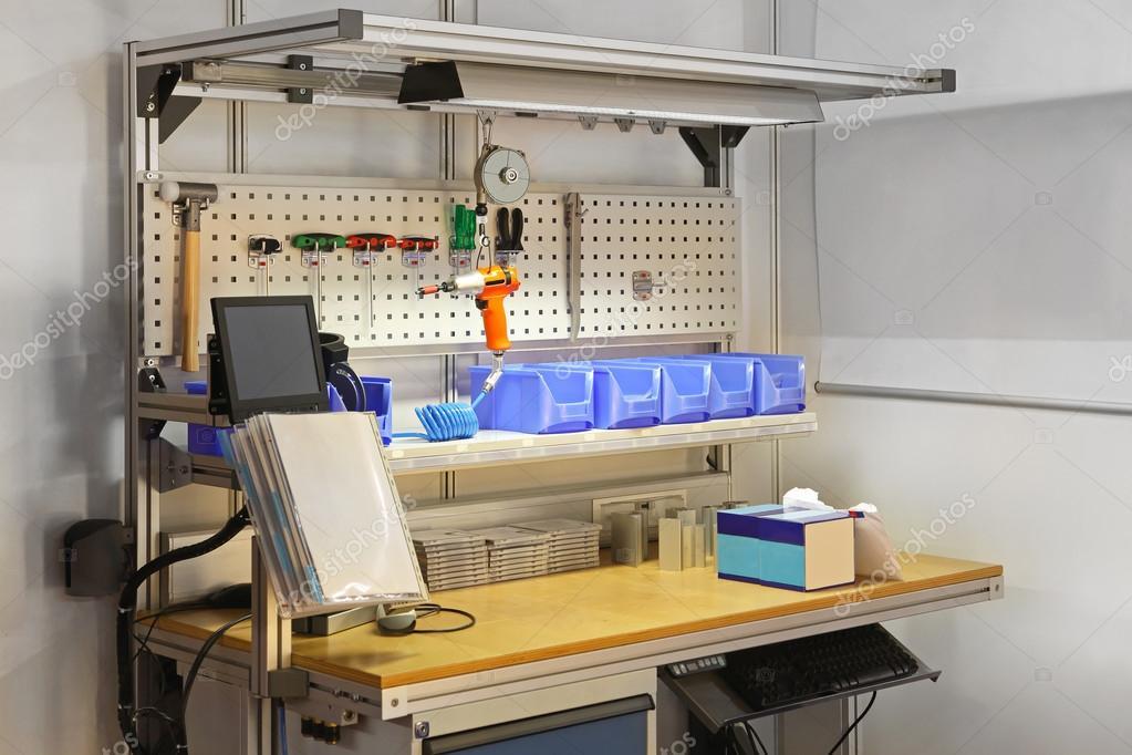 cool garage ideas diy - Mesa de bancada de trabalho técnico — Fotografias de Stock