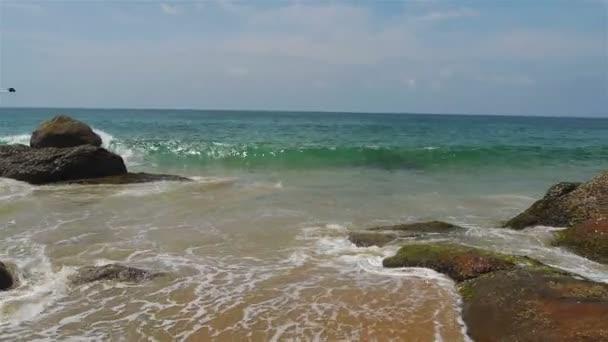 hullámok a tengerparton