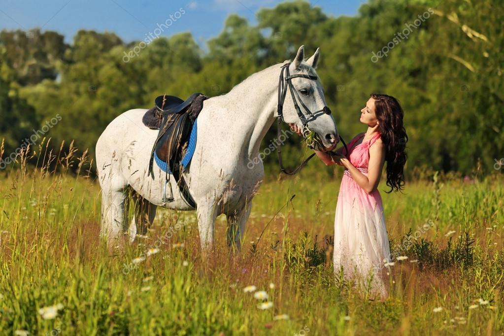 das mädchen mit einem weißen pferd  stockfotografie