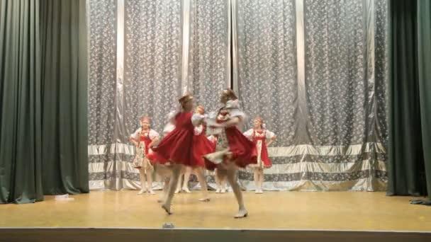 Moskau, Zentrum für Kreativität Matveevskoe. Wettbewerb Kinder Tanzgruppen, Mädchen und Jungen tanzen