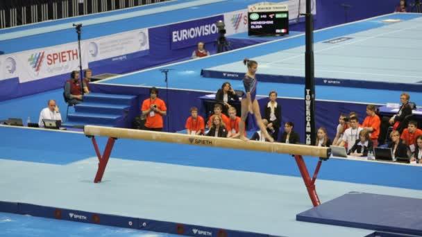 gymnastka elisa meneghini na kladině