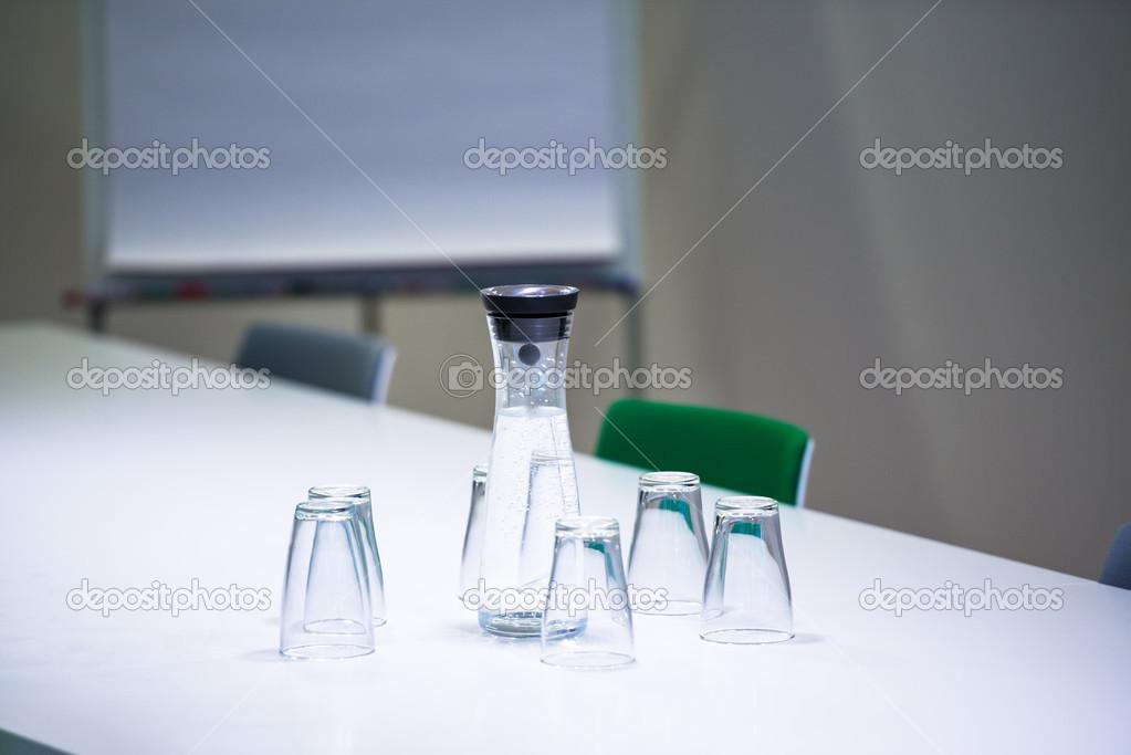 bouteille d 39 eau et les verres dans la salle de r union photographie franky242 29837479. Black Bedroom Furniture Sets. Home Design Ideas