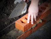 Fotografia muratore al lavoro