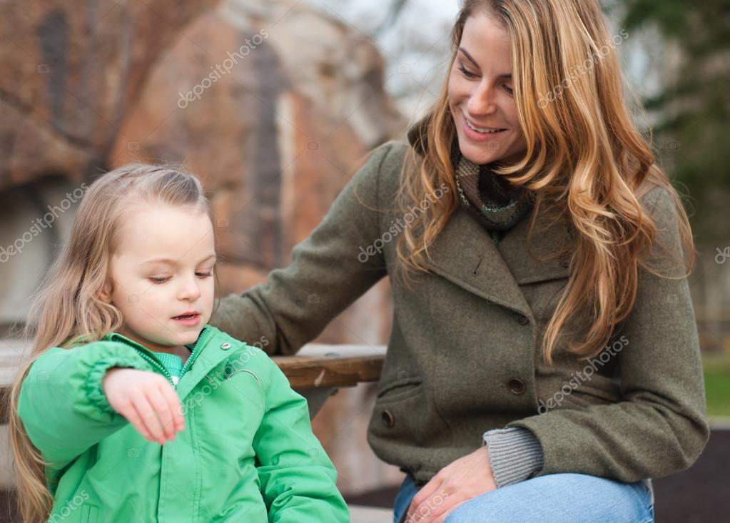 Kleines Mädchen, das ihrer Mutter Geschichten erzählt