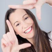 žena rám gesto