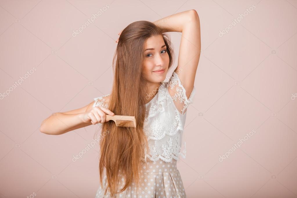 Девушка волосы расчесывает