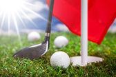 golfový míček na zelené trávě