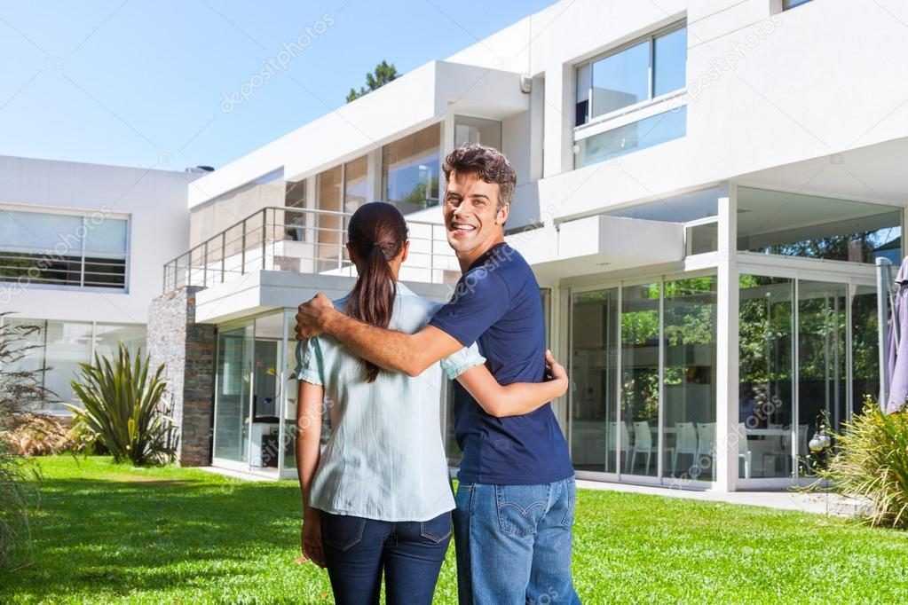 Pareja abrazando delante de casa moderna foto de stock - Apartamentos para parejas ...