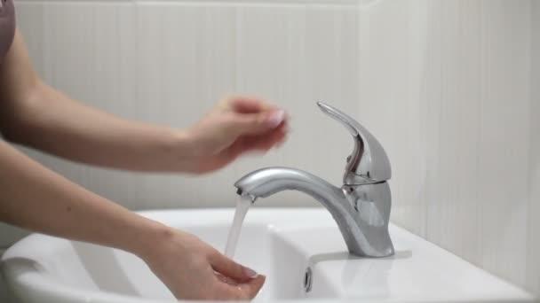 kézmosás nő