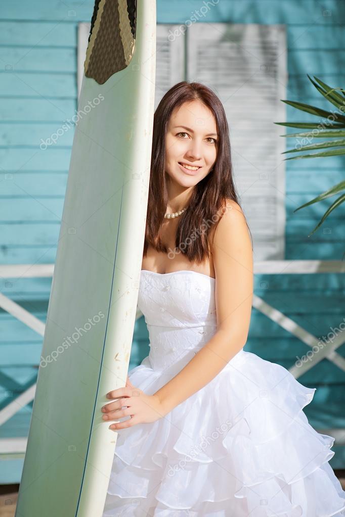 separation shoes 5b29b 5aa08 Donna in un vestito di nozze sulla spiaggia — Foto Stock ...