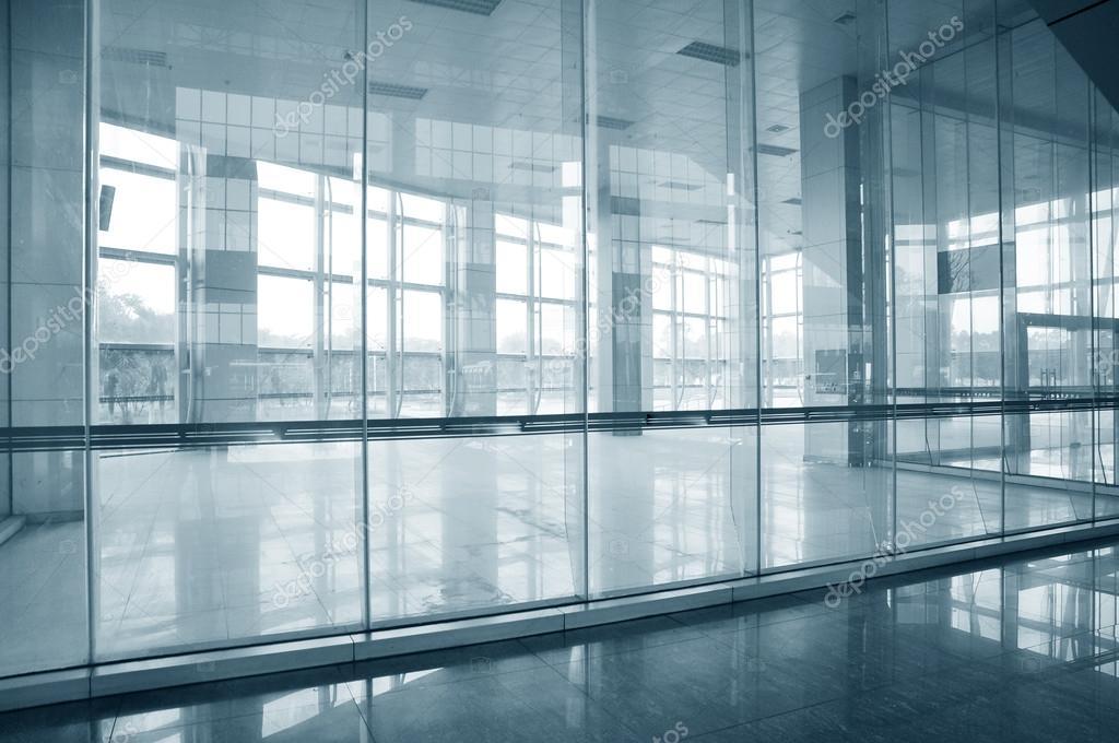 Sala de oficina vac a con puertas y paredes de cristal - Paredes de cristal precios ...