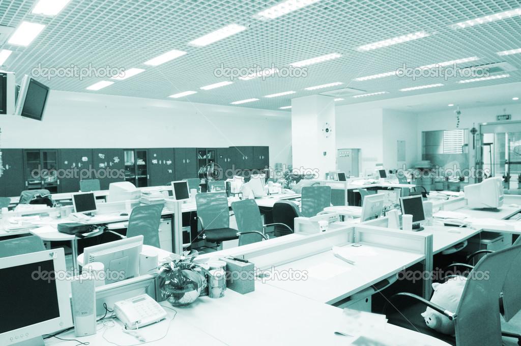 L intérieur de bureau d entreprise moderne avec ordinateur tables