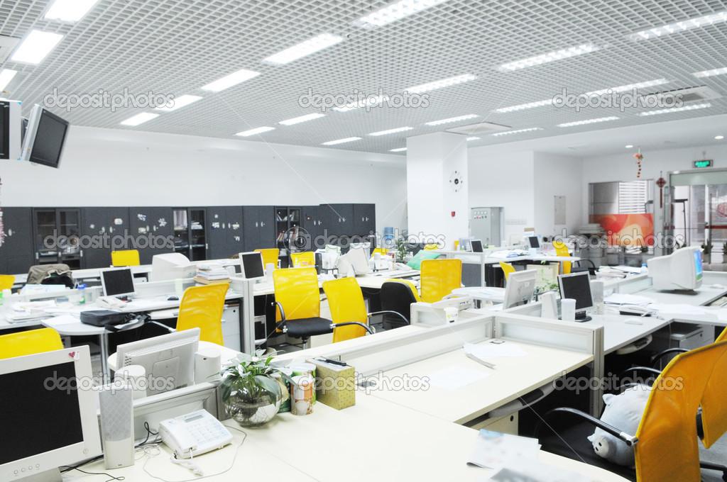 het moderne bedrijf kantoor interieur met computer tafels en stoelen ...