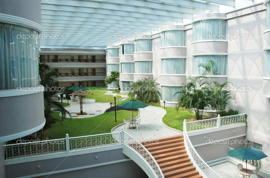 Giardino moderno holiday hotel interno con prato e marciapiede