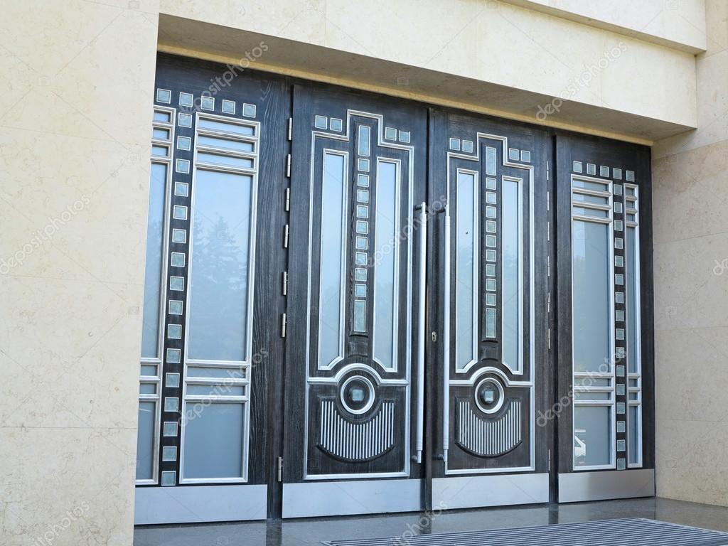 Schöne türen  Schöne Türen in einem modernen Business-center — Stockfoto ...