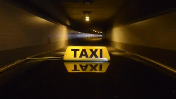 taxi v tunelu