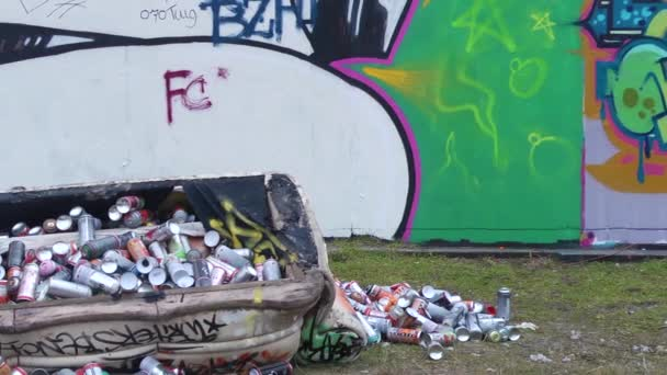 Graffiti fal és a művész