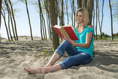 Photo Woman reading book