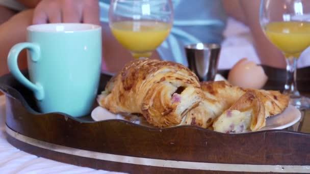 podnos se snídaní v posteli