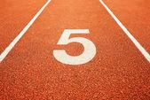 číslo pět na běžecké dráze
