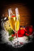 Vánoční koule a vintage hodiny se sklenkou šampaňského