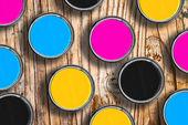 colori CMYK in lattine