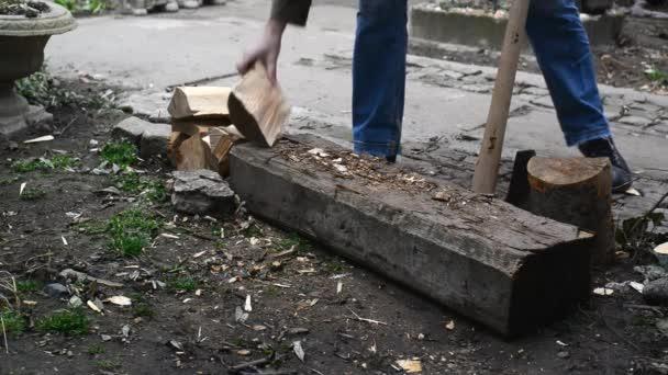 člověk štípání dřeva přihlásí s ax