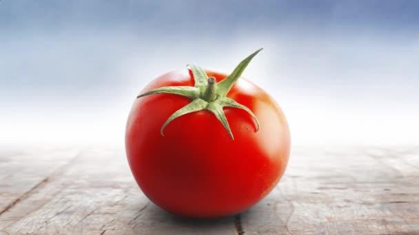 Červené šťavnaté rajče na vinobraní dřevěného stolu