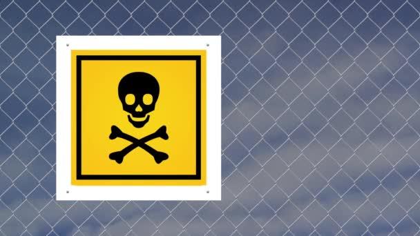 Pozor znamení - nedávejte na drátěný plot